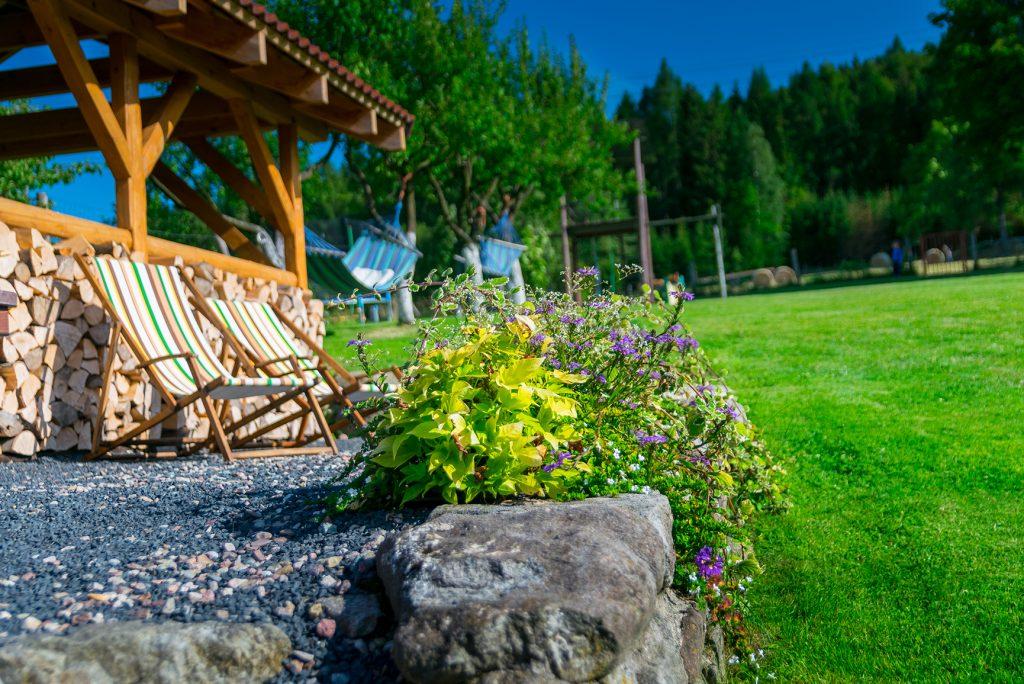 leżaki dla gości wśród zieleni